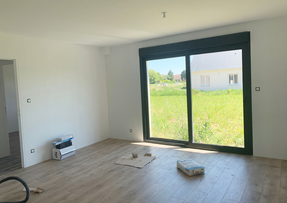 Décoration intérieure chambre côté baie vitrée - Photo avant montage
